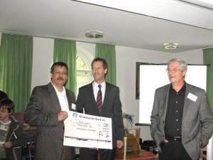 Herr Burr von der Winterbacher Bank bei der Spendenübergabe an Thomas W. und Reinhard L.